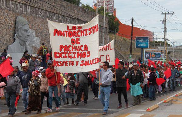 Instalan plantón frente a alcaldía de Pachuca
