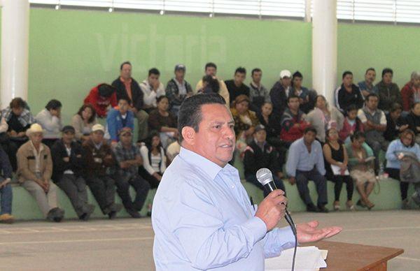 Reciben conferencia campesinos de Hidalgotitlán