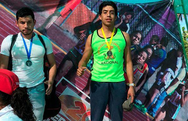 Gloria Brito felicita a ganador  de natación de la CDMX