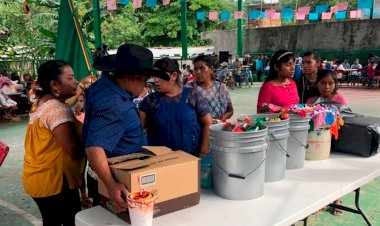 "Festejan feligreses de Cruz Verde II a ""la abuela"" Santa Ana"