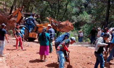 Campesinos mejoran caminos de Cadereyta