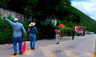 Antorchistas realizan colecta pública en la carretera Huamuxtitlán-Tlapa